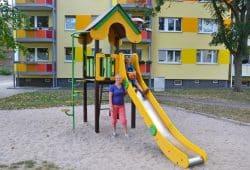Freuen sich über den Lipsia-Spielplatz in der Leipziger Simon-Bolivar-Straße: Mandy Franke und ihr siebenjähriger Sohn Leon. Quelle: Lipsia