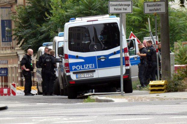Männer, die auf Autos starren. Sammeln der Polizei an der Dimitroffstraß um 16:25 Uhr. Foto: L-IZ.de
