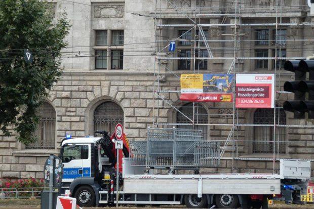 Am Neuen Rathau Leipzig werden um 15:54 Uhr Sperrgitterangefahren. Hier soll nachher noch eine Demonstration folgen. Foto: L-IZ.de