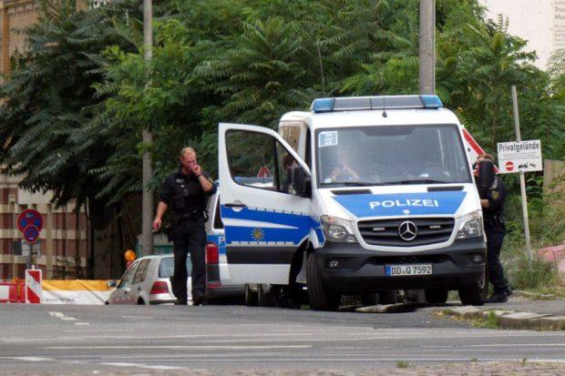 Man mahct sich einsatzbereit. Die Polizei an der Dimitroffstraße. Foto: L-IZ.de