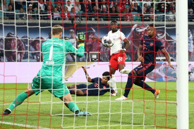 Bayern-Torwart Neuer pariert einen Schuss von Mukiele. Foto: Gepa Pictures