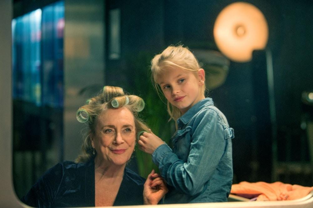 Die zehnjährige Romy (Vita Heijmen) ist überhaupt nicht begeistert, dass sie ihre freien Nachmittage fortan bei ihrer Oma im Friseursalon verbringen soll. Doch Stück für Stück werden sie und ihre Oma Stine (Beppie Melissen) zu einem eingeschworenen Team. Foto: Elmer van der Marel