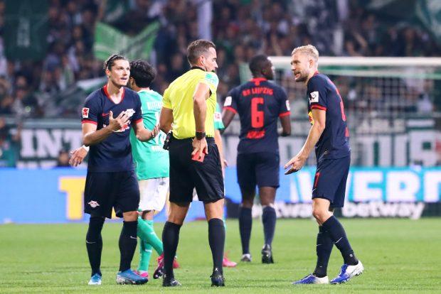 Schiedsrichter Tobias Stieler zeigt Laimer die Gelb-Rote Karte. Foto: Gepa Pictures
