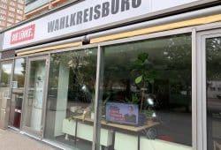 Zerstörte Scheibe am Büro in Grünau. Quelle: Sören Pellmann, MdB