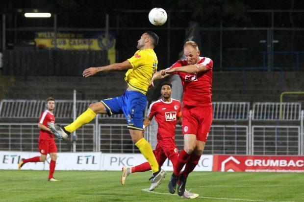 Djamal Ziane (Lok) in der Luft gegen Justin Gerlach (BAK). Foto: Jan Kaefer