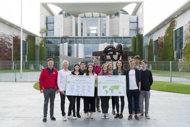 Die Teilnehmer des Besuchs vor dem Kanzleramt mit Kampagnenschildern. Foto: Change.org