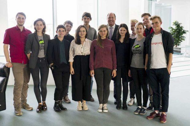 Die jungen Klimaktivisten im Kanzleramt mit Helge Braun. Foto: Change.org