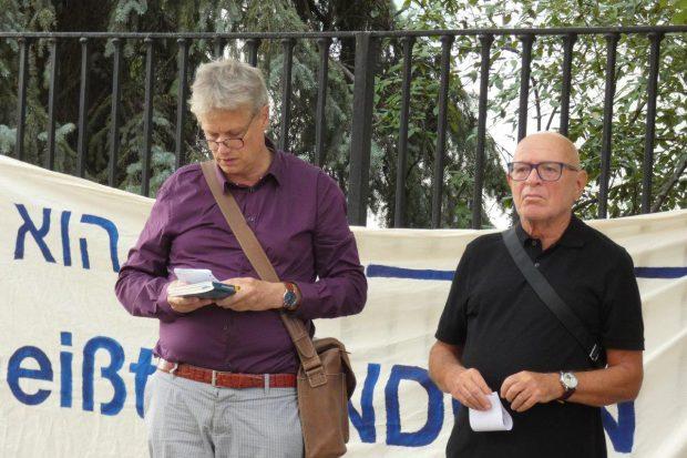 Stefan Bickhardt (l.) und Küf Kaufmann vom Initiativkreis . November gedenken des Beginns des 2. Weltkrieges vor 80 Jahren in der Wächterstraße. Foto: L-IZ.de