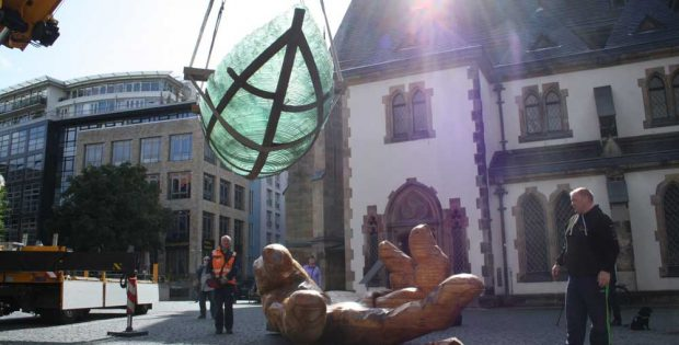 Die Glasarche landet auf dem Thomaskirchhof. Foto: Ralf Julke