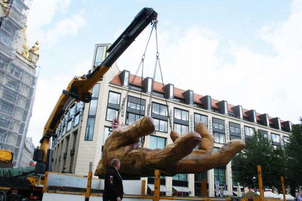 Die große Hand schwebt ein über dem Thomaskirchhof. Foto: Ralf Julke