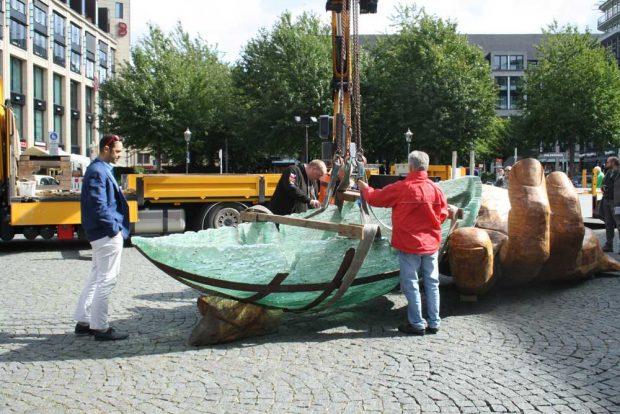 Die Glasarche wird in die große Hand eingepasst und Ronny Maik Leder, der Direktor des Naturkundemuseums schaut sich dax zerbrechliche Stück aufmerksam an. Foto: Ralf Julke