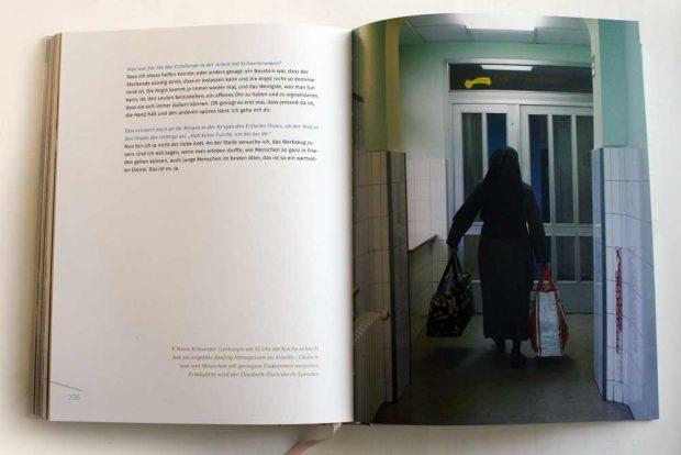 """Aufgeblättert: """"gottgewollt"""" von Marco Warmuth und Tina Pruschmann. Foto: Ralf Julke"""