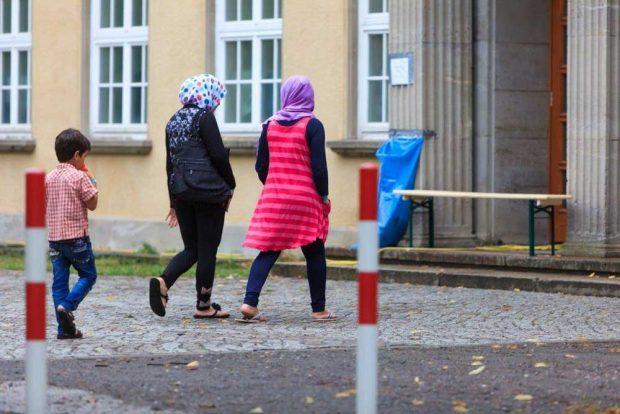 Flüchtlinge vor der Leipziger Ernst-Grube-Halle 2016. Foto: Universität Leipzig, Swen Reichhold