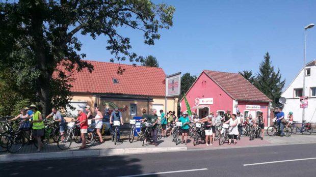 Die Teilnehmer der Fahrrad-Demo nach Hohenossig. Foto: Volker Holzendorf