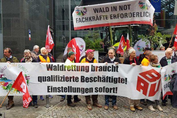 Die IG BAU nutzte den Waldgipfel, um für mehr Forstarbeiter zu demonstrieren. Foto: Wolfgang Stoiber