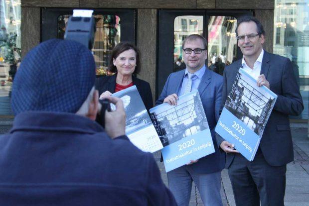 Marit Schulz (Prokuristin der LTM GmbH), Dr. Anselm Hartinger (Direktor des Stadtgeschichtlichen Museums Leipzig) und Volker Bremer (Geschäftsführer der LTM GmbH) präsentieren den Historischen Leipzig-Kalender 2020. Foto: Ralf Julke