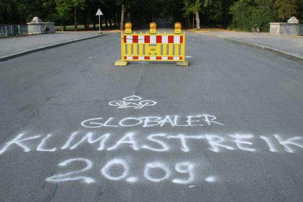 Aufruf zum Klimastreik auf der Sachsenbrücke. Foto: Ralf Julke