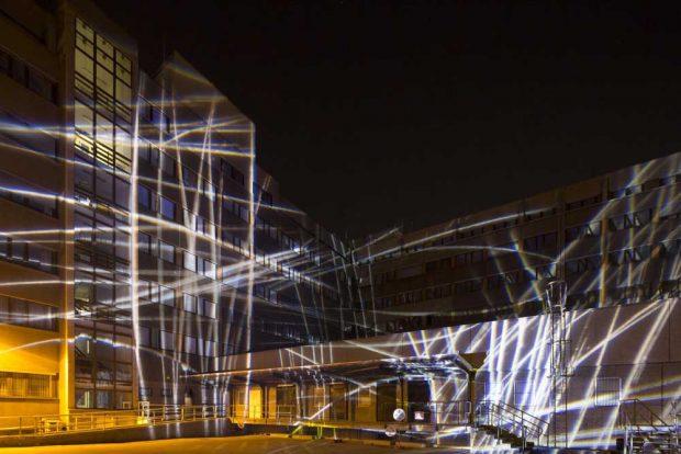 Lichtraum 4 - Der Innenhof der ehemaligen Stasizentrale (hier bei einer ersten Lichtprobe im April) wird zur Bühne für Poetry Slam. Foto: PUNCTUM Stefan Hoyer