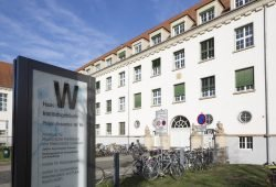 Hier im Institutsgebäude in der Philipp-Rosenthal-Straße 55 befindet sich die Beratungsstelle für Tumorpatienten und Angehörige, die nun 20-jähriges Bestehen feiert. Foto: Stefan Straube / UKL