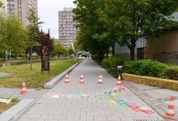 """Eine der vielfältigen Aktionen von """"Grünau bewegt sich"""": Bunt markierte Wege sorgen für mehr Spielgelegenheiten im Alltag. Foto: Grünau bewegt sich"""
