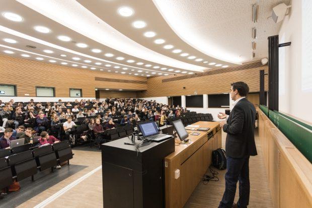 Ein Professor bei seiner Vorlesung an der Universität Leipzig. Foto: Universität Leipzig/Christian Hüller