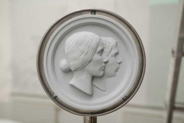 Das berühmte Rietschel-Medaillon einmal umgedreht: Clara vorn und Robert hinten. Foto: Christian Kern