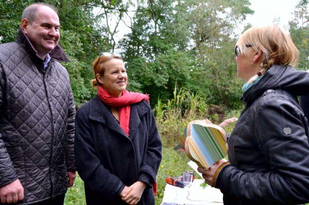 Karen Thormeyer, Geschäftsführerin des Deutschen Naturschutzrings, verleiht die Auszeichnung als offizielles Projekt der UN-Dekade Biologische Vielfalt in Anwesenheit von Peter Wasem, Leiter des Amts für Umweltschutz, an eine Gemeinschaftsgärtnerin der Ökolöwen. Foto: Ökolöwe