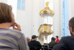 Der Senat tagte im Paulinum - Aula und Universitätskirche St. Pauli. Die Senatsmitglieder konnten dort das Kanzel-Modell in Augenschein nehmen. Foto: Swen Reichhold/ Universität Leipzig