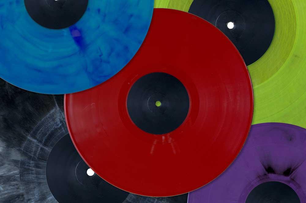 Vinyl muss nicht immer schwarz sein, wie die Ausstellung im Schulmuseum zeigt. Foto: Schulmuseum – Werkstatt für Schulgeschichte