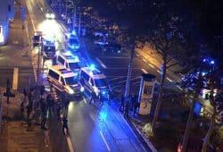 Keine Presse da, allein mit den Beamten in der Nacht. Die Polizei behauptet angegriffen worden zu sein - die Demonstranten bestreiten das. Nun soll es auch noch eine Brandstiftung gegeben haben. Foto: Privat