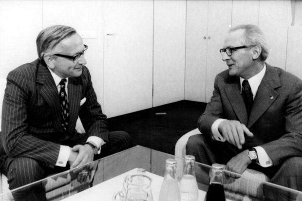 Annäherung zweier ungleicher Nachbarn: Erich Honecker (r.) 1974 im Gespräch mit dem Leiter der Ständigen Vertretung der Bundesrepublik in der DDR, Günter Gaus. Foto: Bundesarchiv (gemeinfrei)