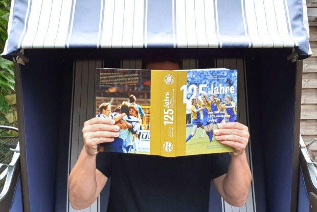 """""""Die Geschichte des Ersten Deutschen Meisters"""" ist das beste Fußballbuch des Jahres. Foto: Finn Kaefer"""