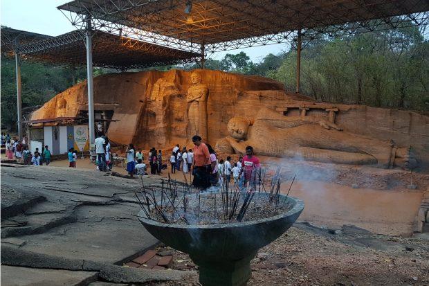 Buddhas und Räucherstäbchen im Archäologiepark Polonnaruwas allgegenwartig © Sascha Bethe