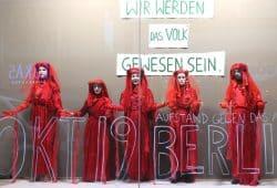 Das Blut als Verbindung der Welt - Kunstaktion von Extinction Rebellion am 2. Oktober 2019 im Karstadt Leipzig. Foto Michael Freitag