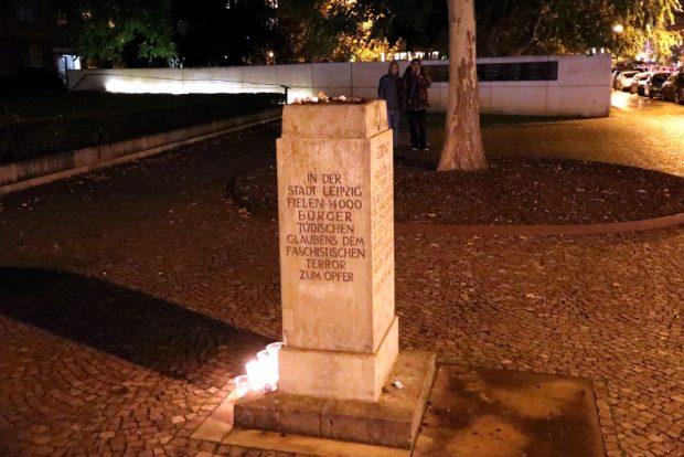 Die ersten Leipziger begannen am Abend des 09. Oktober 2019 Kerzen an der Gedenkstätte der ehemaligen Synagoge in der Leipziger Gottschedstraße aufzustellen. Foto: L-IZ.de