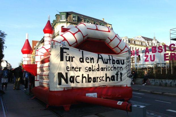 In kürzester Zeit wurde ein provisorisches Protestquartier vor der Baustelle am Leopoldpark errichtet, unter anderem mit Hüpfburg, DJ-Pult und Buffet. Foto: Luise Mosig