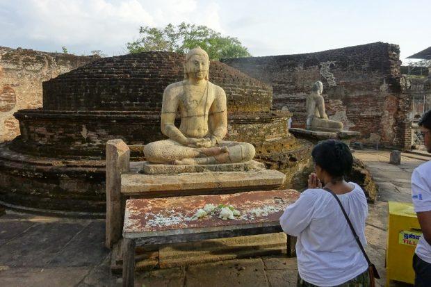 Fotos mit dem Rücken zu Buddha sind in Sri Lanka strengstens verboten © Sascha Bethe