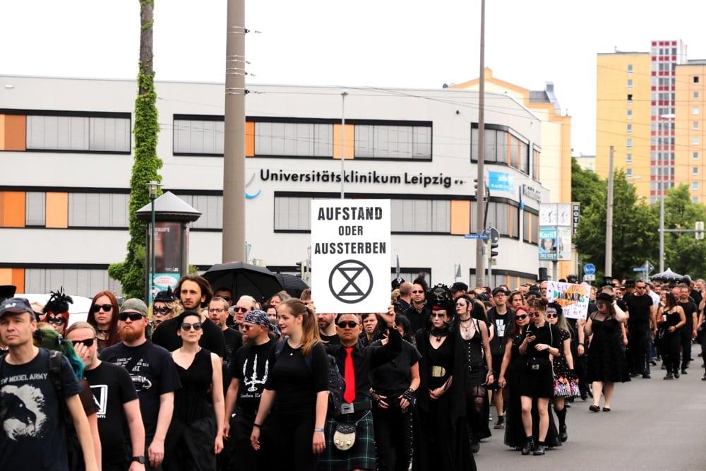 Im Zeichen der Sanduhr: Internationale XR-Demonstration zu Pfingsten in Leipzig mit rund 2.000 Teilnehmer/-innen. Foto: L-IZ.de