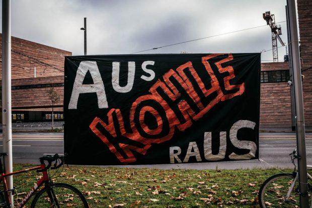 Vor und während der Ratsversammlung am 30.10. fand eine Demo vor dem Rathaus statt. Foto: Tobias Möritz