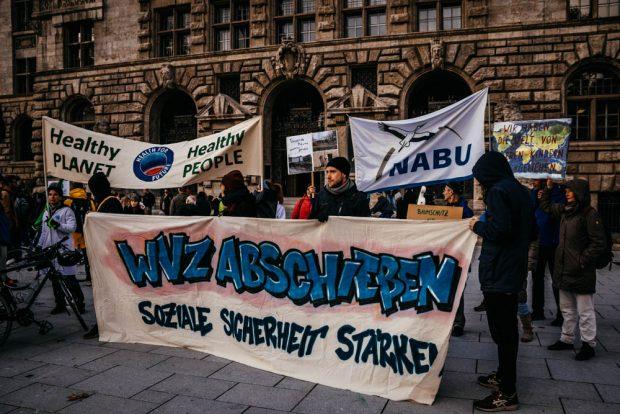 Verschiedene Gruppierungen waren heute gekommen, um Flagge zu zeigen. Foto: Tobias Möritz