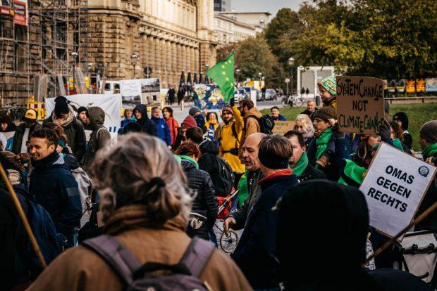 Zwischenzeitlich bis zu 150 versammelten sich vor dem Rathaus. Foto: Tobias Möritz