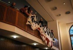 Tumult auf der voll besetzten Besuchertribüne während der Aussprache im Ratssaal zum Klimanotstand. Foto: Tobias Möritz