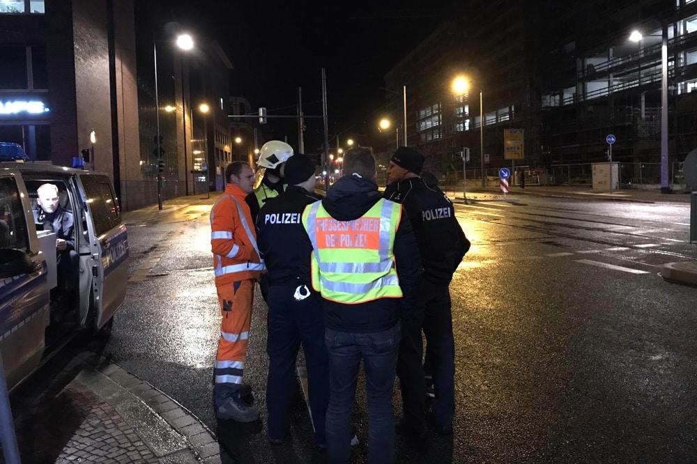 Lagebesprechung gegen Ende des Einsatzes. Foto: L-IZ.de