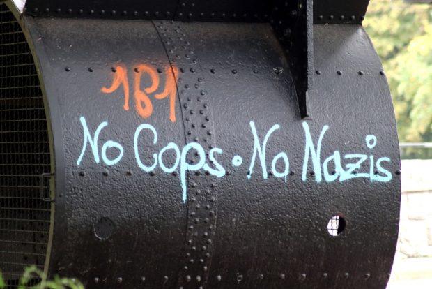 No Cops, No Nazis am Elsterwehr. Ein Slogan wird zur Marke. Foto: Michael Freitag