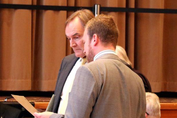 OB Burkhard Jung und Michael Weickert (CDU) bereits vor der Ratsversammlung in der Diskussion. Foto: Michael Freitag