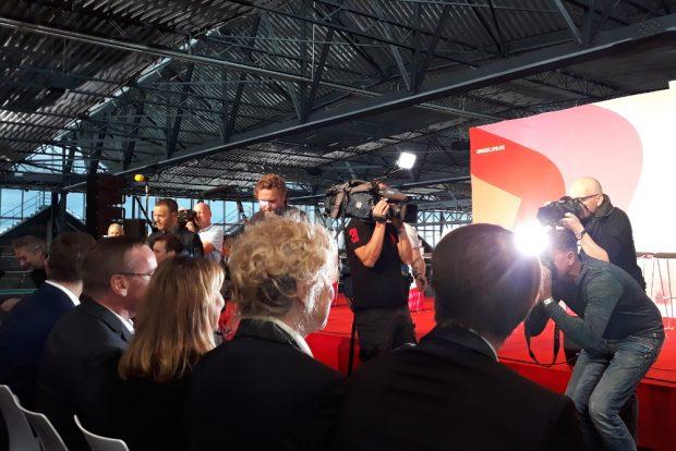 Journalist der L-IZ fotografiert Kameramann, der Fotografen filmt, die SPD-Politiker/-innen fotografieren. Foto: René Loch