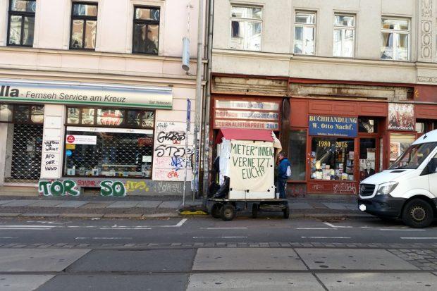 Start vor dem Start. Aus einer Handvoll Leute gegen 14 Uhr am UT Connewitz wurden am späten Nachmittag bis zu 300 Anwohner auf der Wolfgang-Heinze-Straße. Foto: Luise Mosig