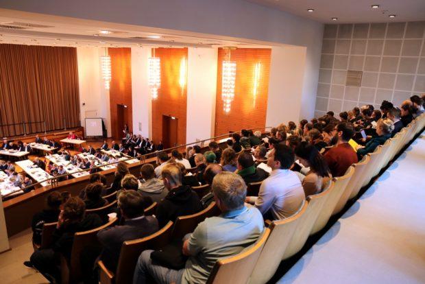 Beratung heute vor großem Publikum: Ungewohnt volle Tribüne im Stadtrat. Foto: Michael Freitag