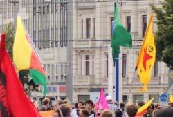 Demo für die Kurden in Syrien - YPG Fahne auf der Unteilbar-Demo am 6. Juli 2019 in Leipzig. Foto: Michael Freitag