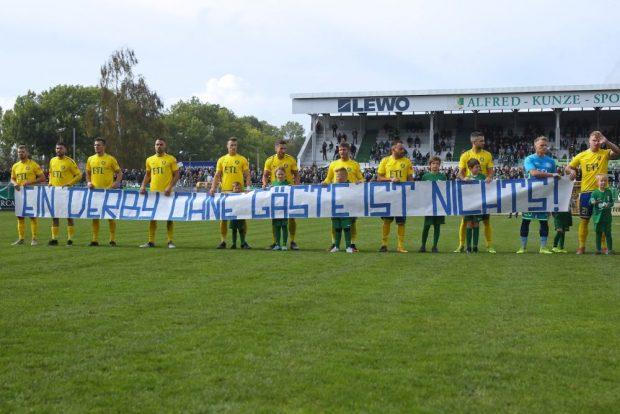 Mit diesem Transparent sprach die Lok-Mannschaft den Fußballfans aus dem Herzen. Foto: Jan Kaefer